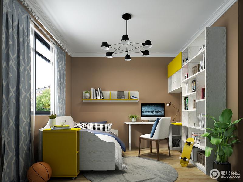 儿童房以黄褐色来粉刷墙面,意在与原木地板构成自然之气,满含温馨;实木悬挂架搭配几何书柜让生活具有收纳之用外,还点缀出简约艺术;灰色圆毯和矩形吊顶对比出方圆之意,因为浅蓝色几何窗帘为空间注入了清新。