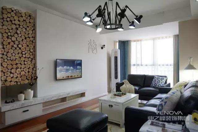 电视墙与餐厅背景墙的颜色保持一致纯白色的走廊与深色调对比鲜明增强了视觉层次感