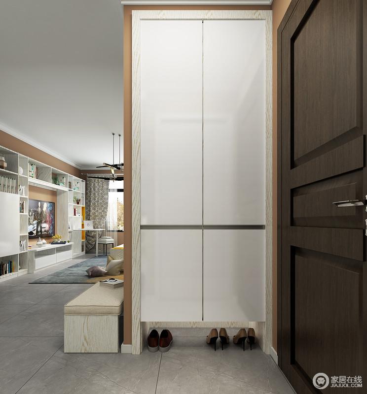 门厅与客厅直接连通,但是,因为墙体结构的原因,设计师定制了一个白色的鞋柜,让日常出入也是十分可心,后侧的鞋凳巧妙增加了设计的人性化,让生活满是舒适。