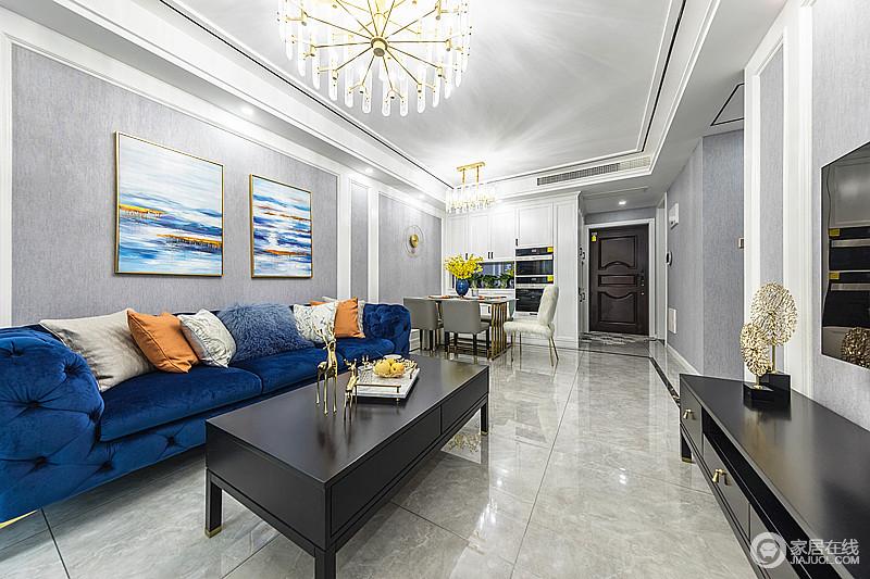 整体空间以灰色为主调,搭配深蓝沙发和黄色抱枕,高雅大气,和餐厅一气呵成的布局走向,自然流畅。