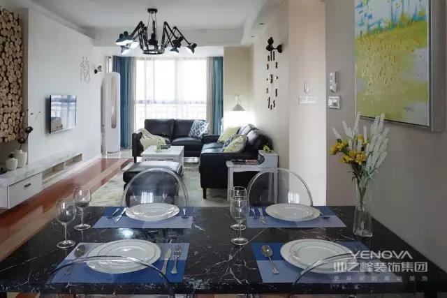 木质餐桌椅简约而舒适灰色调将气质沉淀墙面设置隔板摆放格调小物在细节处体现北欧风情