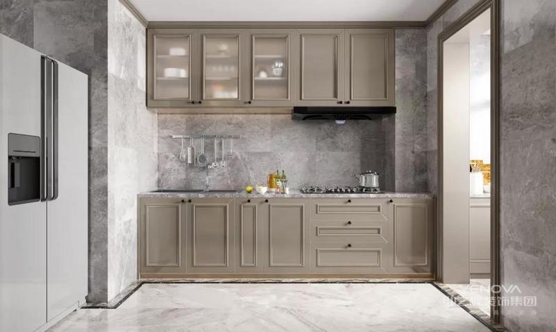 厨房空间让我们看到轻松舒适的生活氛围,这里是女性的主场,优雅而高级,亲昵的互动空间,是家人培养感情的关键。