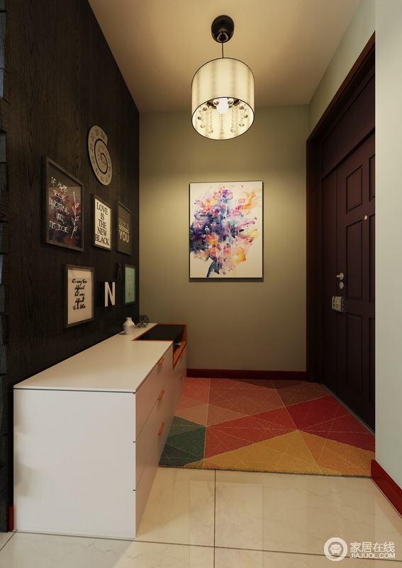 门厅的设计以灰色和黑色漆为主,搭配米色地砖,层次之中,凸显现代沉寂;吊灯中和了挑高,让墙面的画作呈现出艺术色彩,搭配白色落地鞋柜,满是和谐。
