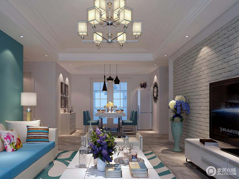 与客厅的缤纷感相比,虽然餐厅延续了蓝白调,但更多的呈现出干净的纯粹感;边柜和家电都以灰白与背景保持和谐一致,蓝色座椅与黑色乐器吊灯及墙面装饰,则制造空间视感上的层次。