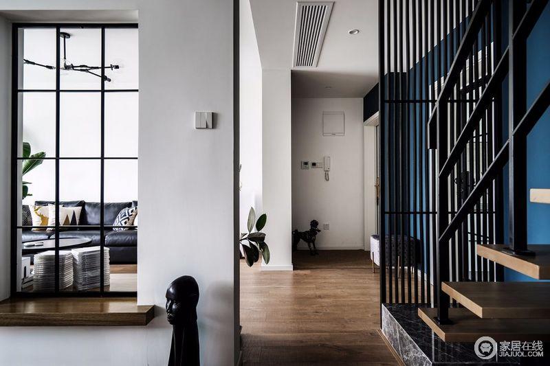 为了化解开门对窗的不利风水,设计师用整面鞋柜伪装成隔断墙,既起到功能分区的作用又是收纳;在楼梯处,同样布置了格栅隔断,用以缓冲划分。