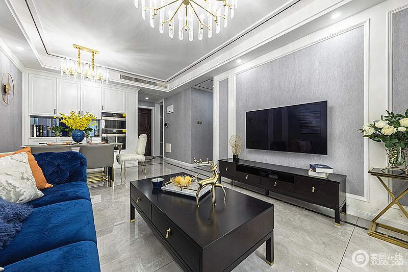 茶几和电视条几选择稳重的黑色,把空间的色彩对比出层次和挑高,让灰色调的客厅和餐厅在通透中有一种前后呼应的感觉,素静大气。