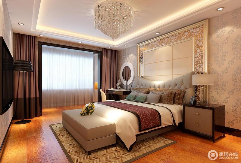卧室以米色为主,借灯带和水晶灯来营造温馨;金箔材质和软包让背景墙具有几何之美,配饰、家纺等来搭配,更为讨巧。