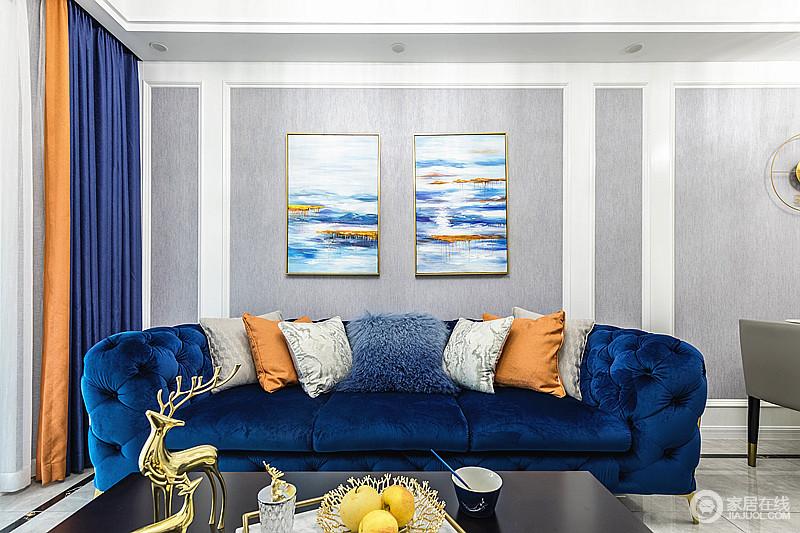 客厅白色的几何石膏造型在浅灰色壁纸的映衬中更为立体,而深蓝的沙发搭配黄色温馨的抱枕,优雅有调之余,与海景图的挂画构成空间的色彩和谐。