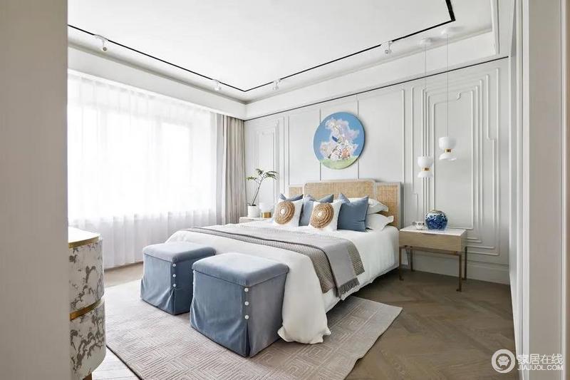 不同于公共空间的简约干练,主卧更显优雅温润,以奶白色为基础,搭配优雅的蓝和柔和的灰色。渲染空间的素雅淡静;选用金属描边质感的储物柜彰显出法式风格的华贵气质,结合时髦的灯具、摆饰,更为温润舒适。