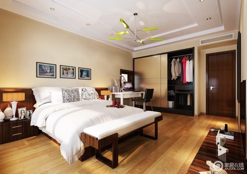 卧室注重生活体验的氛围营造,原木地板搭配淡黄色的墙面漆,装饰出和暖;线条利落的空间在注重功能性设计的同时,搭配家具,构造出现代生活所需的和暖和温静。