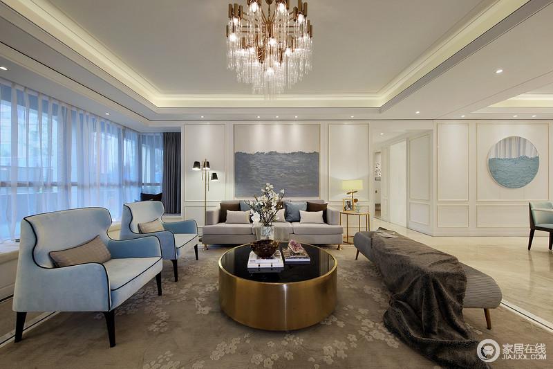 客厅大地色系基调,地毯花纹选用中国梅花元素高雅低调,提升整个空间的东方气韵;水晶灯搭配现代的家具,深浅之中,平衡出庄重大气。