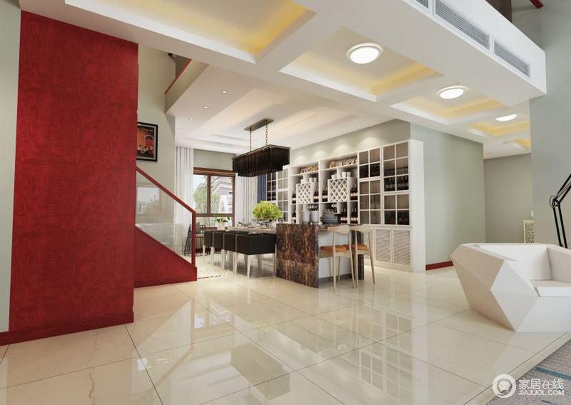餐厅结构开放式的设计更为宽阔,几何吊顶让空间更为立体,搭配红色楼梯,上演现代摩登;走廊的吊顶搭配吊灯区分空间之外,与格子储物柜上演简单和收纳美学,现代风格的家具功能分区也十分明确,在豆绿色墙面的陪衬下,颇为清和利落。