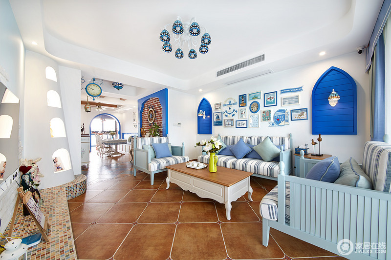 客厅沙发背景墙采用大面积白色,是的那一抹蓝显得更加魅力。沙发背景两侧是我们定制的反串造型,加入琉璃装饰,与玄关呼应。