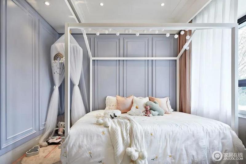 女孩房在设计上更加明快灵动,墙面灰蓝色的石膏板以几何造型增添空间的立体感,与白色的框架床形成一种几何美学,实用之中透着简洁;灯泡组合的设计给予空间点光源之外,与床幔令空间多了轻盈活泼,再加上玩偶和饰品令生活充满童思妙趣。