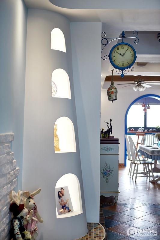 """客厅一侧的壁炉给空间带入了弧形特有的柔和,地台使用""""希腊人的马赛克元素"""",像黄昏时刻在沙滩上闪烁迷离的贝壳和石头。"""