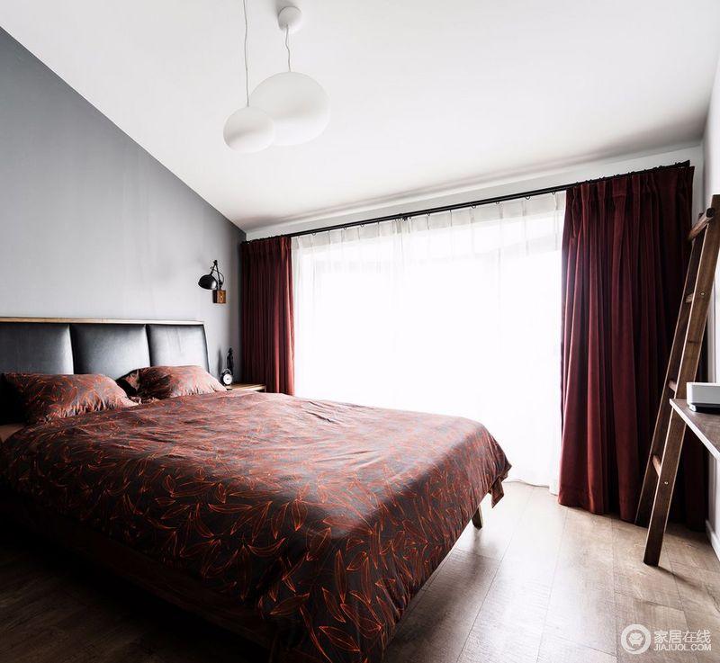 卧室天花板高低不规则,为了避免压抑感,于是只简单漆刷白色,不再额外做吊顶,压缩挑高空间;皮质床靠风格与客厅的沙发协同统一,暗红色花纹床品与窗帘呈现出,成熟稳重的呼应。