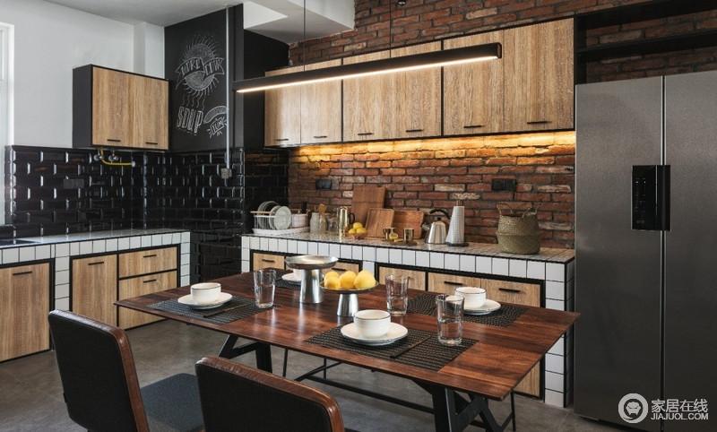 温和的木质餐桌拥有令人亲近的质感,椅子和凳子的组合不仅节省空间,而且非常摩登。