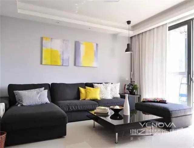 布艺沙发,慵懒舒适,有想躺上去的冲动,黄色抽象挂画与枕相呼应,也是客厅的点缀,如同是冬天的太阳,带给室内明艳的气息。