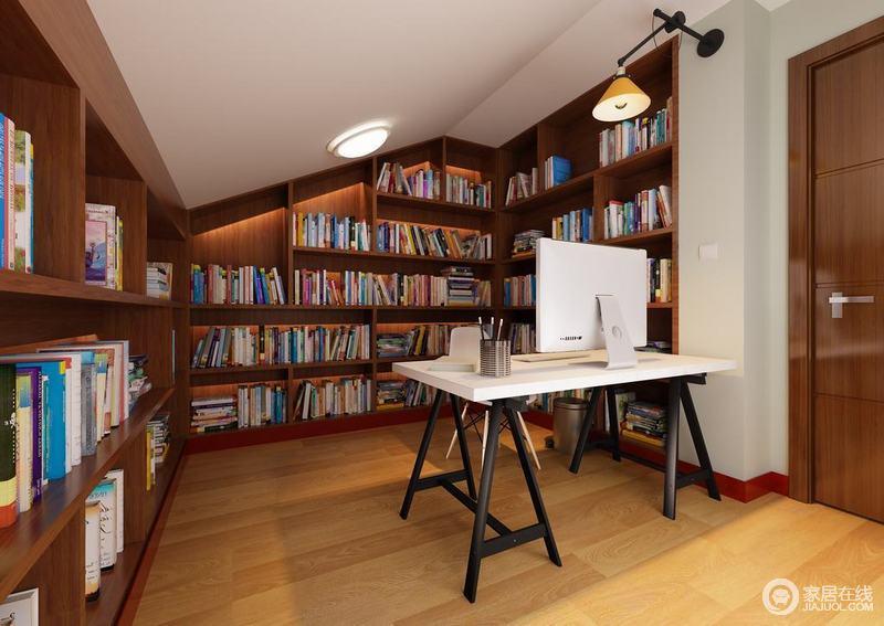 书房的吊顶虽然有些不规则,挑高也不是很高,但是,设计师巧妙地利用定制书柜规避了挑高的问他,为主人设计了一面书柜墙,满屋的文艺气息;淡黄色的原木地板搭配现代书桌,给予空间自然朴质与宁静。