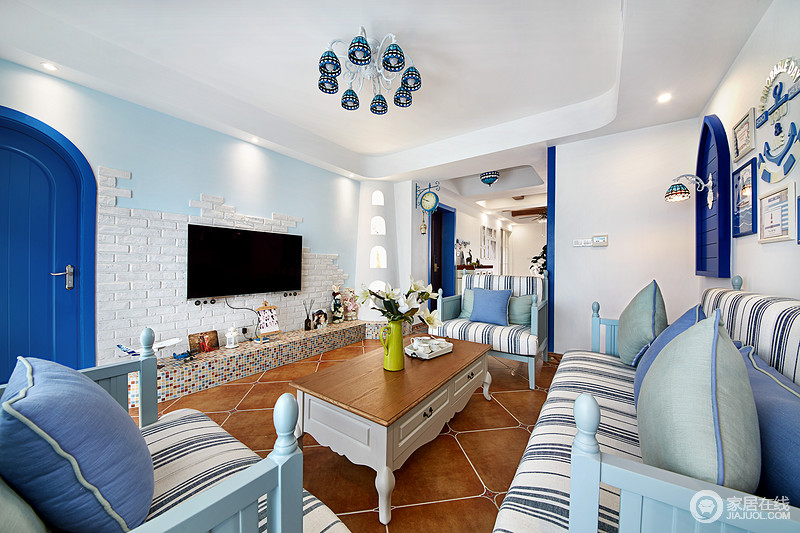 电视背景墙采用了白色不规则文化石和浅蓝色组合,像柔软的细沙与海浪的结合。自然、随意、生动、活泼。