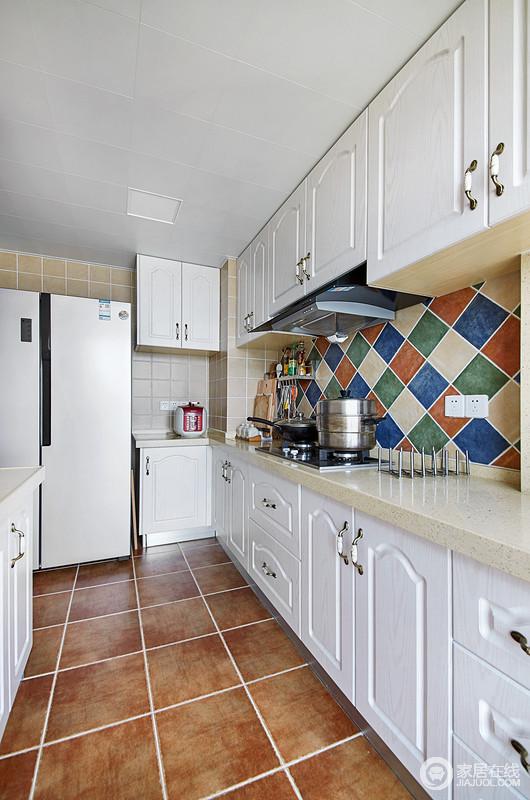 厨房采用马赛克砖进行背景造型设计,整体空间也是以简约的白色为主,搭配彩色砖石,更是多了地中海的朴质;白色橱柜与砖色地砖相配,空间满满的色彩动律。