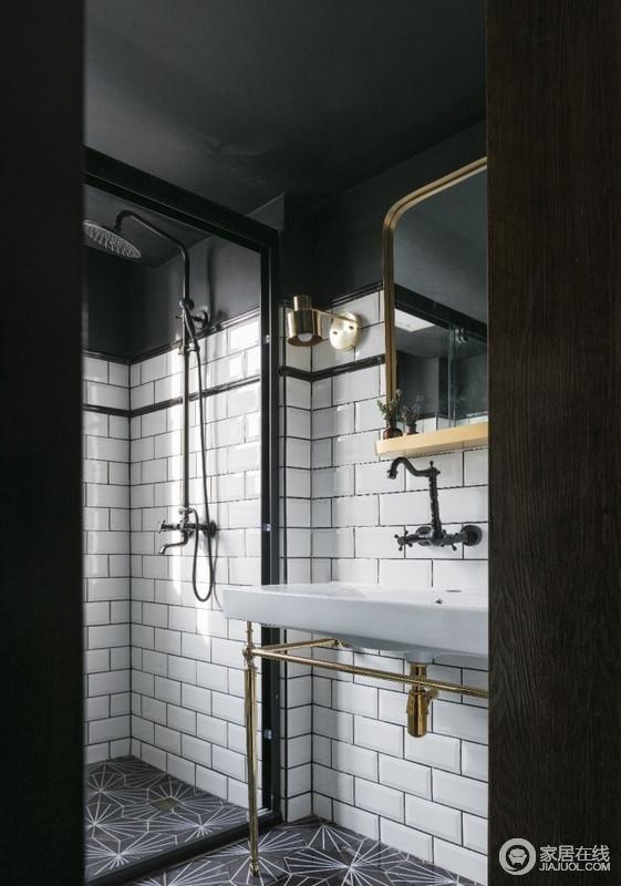 洗手间采用复古黄铜材质的洗手盆、壁灯、镜框,带来精致复古的韵味,配合极富空间感的地砖,美貌又特别。