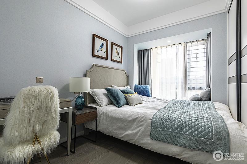 卧室以低调单一的淡蓝色漆粉刷空间,让空间看起来更清爽,现代美式家具精致实用,深色系的组合,更为温馨稳重。