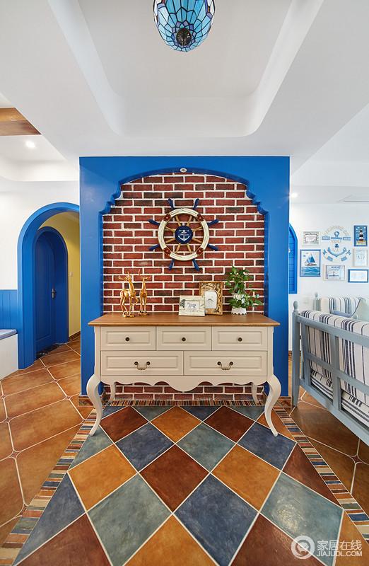 """首先进门映入眼帘的是自然的红褐色文化石,以及""""摩尔人的蓝色拱门"""",地面拼花以明亮的色彩组合,把自然元素体现的淋漓尽致。"""