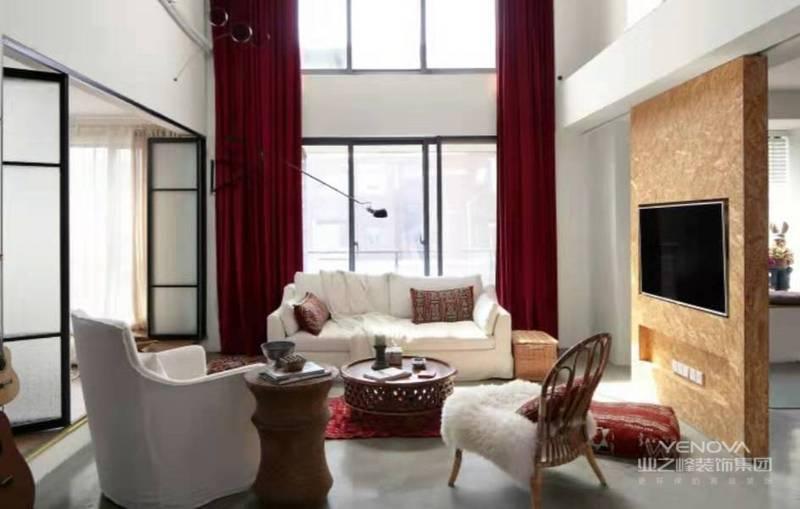 挑高的客厅空间使这块区域视野感极强,超级适合懒人趴的布艺沙发搭配复古且腔调感十足的藤制家具,繁简结合,自成一派。