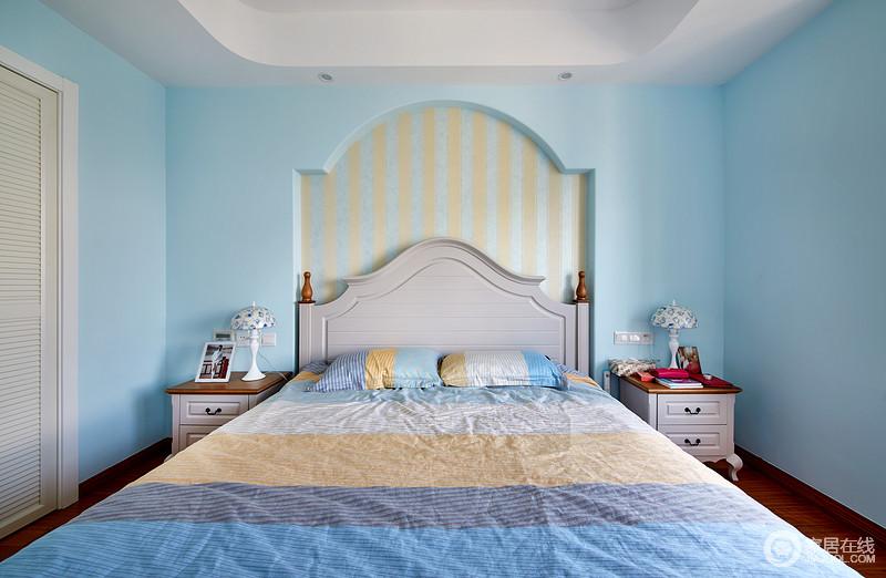 主卧采用了浅蓝色打造背景墙,并加入浅黄色的条纹墙纸点缀,轻盈而和美;对称式的床头柜十分和谐,搭配条纹床品,多了些许小俏皮。