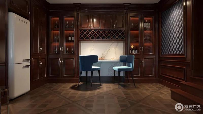 这是多功能视听室,抛弃常规的沉闷设计,整个家以厚重的材料和色调为主,营造了一份时间代理的稳重;酒柜旁的吧台专门设计了主照明,因时髦地蓝色高脚凳让整个空间别具一格,色彩上跳跃活,更是赋予生活奢华。