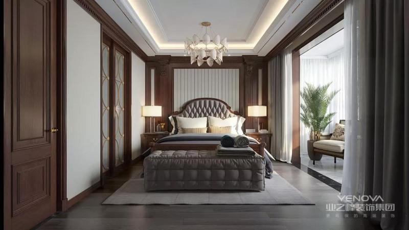 卧室的采光极好,让整个室内足够温润柔和,白色吊顶十分方正,与整个墙面的几何设计一气呵成,规整之间见大气;美式家具体现了精致的生活,而一瓶一罐、一灯一物,都在微小地细节中,张扬美式温情。