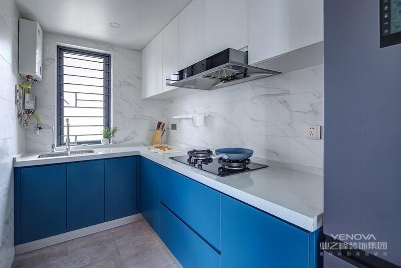 蓝色,无论是天空蓝、海水蓝、宝石蓝还是孔雀蓝,都代表着一种洁净美好。如果厨房也用上一抹蓝色,想必也只能沉迷做饭不可自拔了!蓝白色橱柜搭配石英石台面,结合纹理瓷砖和灰色地砖,颜色明亮而不繁杂,更凸显清新雅致。