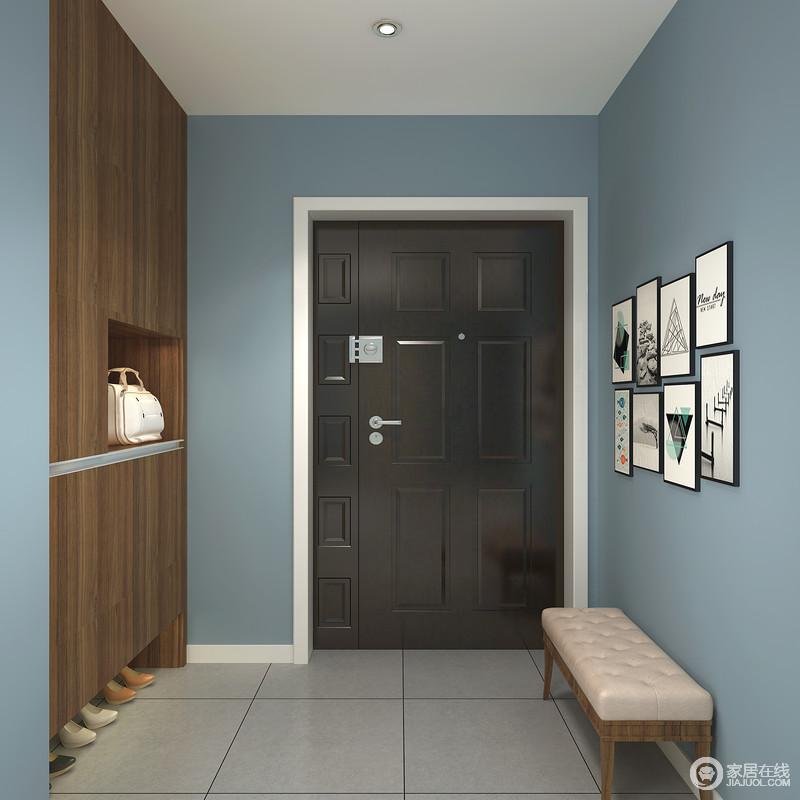 蓝色漆带着忧郁之调,让空间颇为沉寂,让主人回到家的一刻,能够安心和放松;定制得嵌入式鞋柜既不影响空间性,又增加了实用性,而照片墙和床尾凳,让入口也具有了艺术的调性。