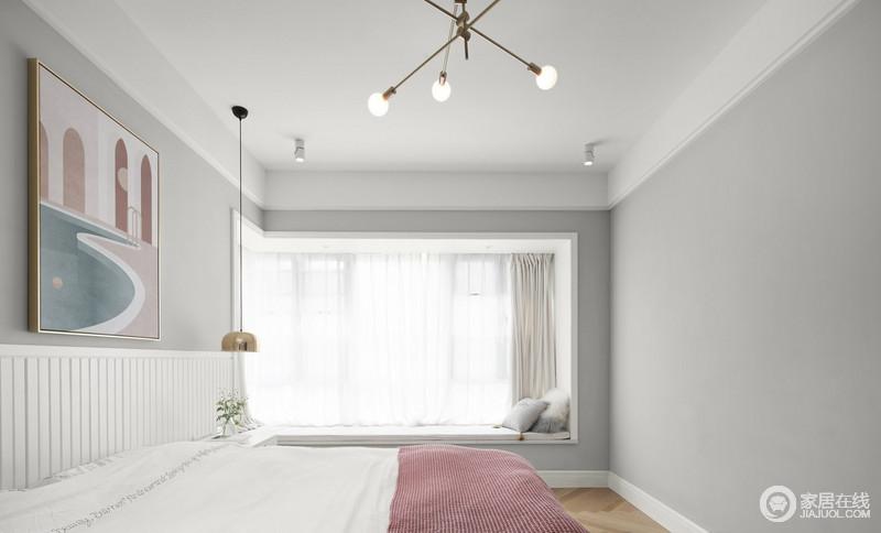 每个被阳光唤醒的早晨,一句早安,道给全世界和家人,白色的吊顶与浅灰色漆的墙面构成素雅,黄铜底座的球泡灯和金属床头吊灯让生活简单,与白色干净的床品组合,十分舒雅,更可以坐在飘窗上,看落日余晖。
