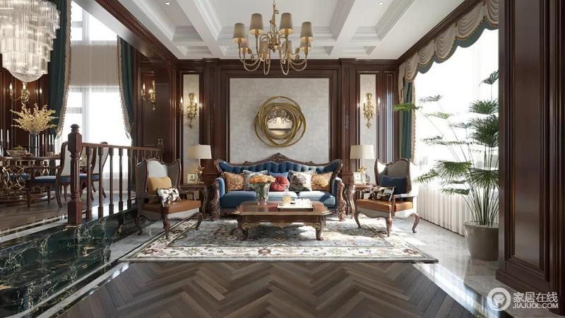 整体空间中,使用了大量的木质墙板,为了使整个空间更为轻松而不沉闷,并在墙板空面结合了布艺饰面,增加柔和感;实木布艺沙发的厚重,与灰调拼花结合木地板的形式,赋予生活美式奢华;同时,金属饰品搭配壁灯、黄铜吊灯通过对灯光的布置,增加了室内的采光,以及营造美式豪华的氛围。