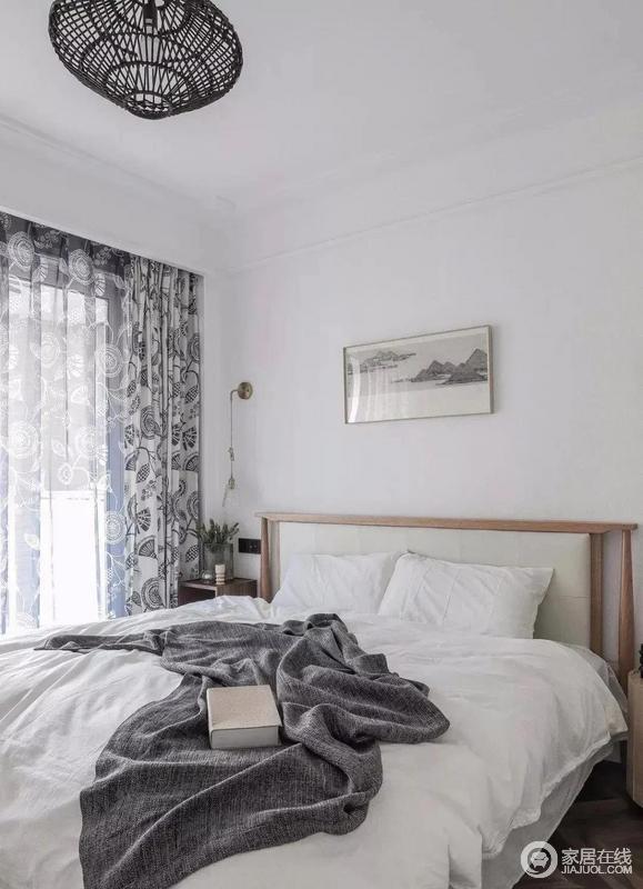 爷爷奶奶的房间,用色则偏向宁静素雅,以白为主,以净为辅,力求做到简静;白色皮革与原木色结合的床架、简约素雅的床饰、藏蓝色花纹窗帘,沉稳而端庄,很是沉静安谧。