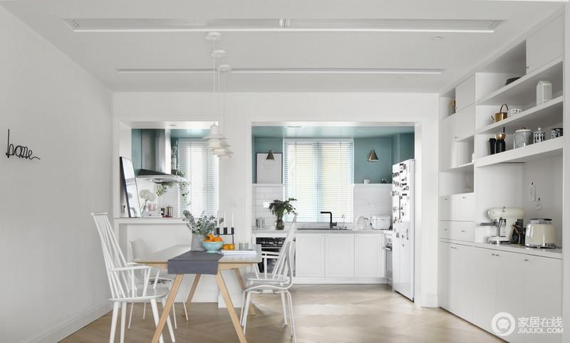 主人特别享受一个人居住,可以简单,认真,充实地过好每一天;厨房半开放式的设计增加了空间的通透,整个空间以白色的收纳柜,留足了储藏空间和陈列空间;百叶窗的线性设计,与橱柜的模块化设计,张扬生活的实用哲学。