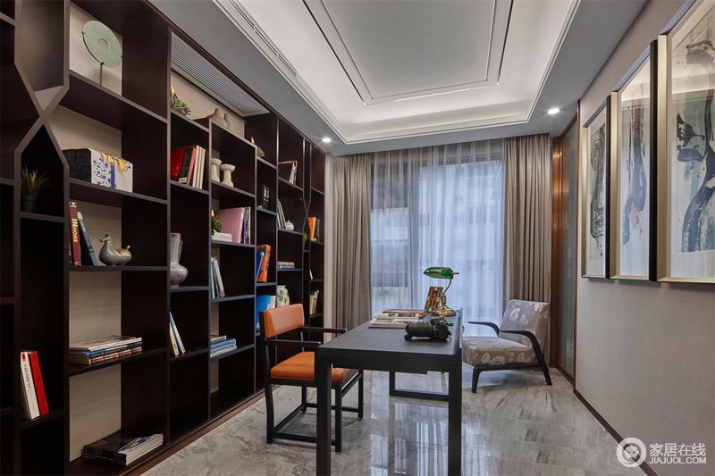 书房以黑色几何书柜为主,陈列着器物,也收纳着图书,一举两得之余,凸显了立体之美;驼色窗帘与灰色地砖成就了空间的素雅,黑色系家具现代而得体,让书房尤为大气。