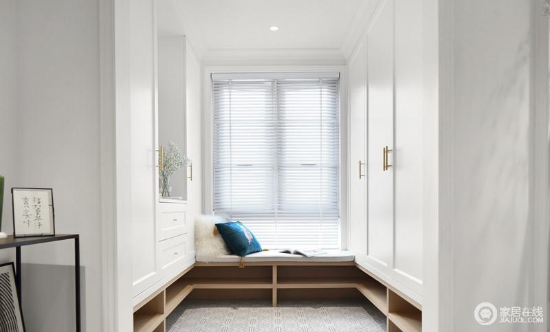 业主偏爱阳光,它穿过百叶窗落在地上的样子,形成线条之美;独立的大衣柜因为金色把手颇显精致,让原本的设计更富品质,也解决了收纳的问题;座榻靠窗设计,蓝白色的靠垫,足以让主人在这里晒太阳,睡个午觉。