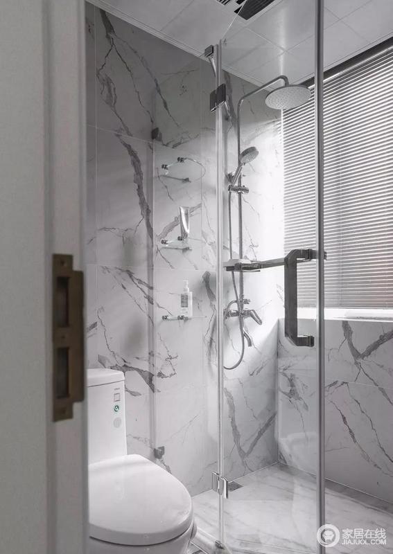 卫生间因玻璃淋浴房解决了干湿问题,白色墙砖选用大理石,其自然纹理干净纯粹,加装百叶窗帘确保隐私,给主人一个惬意而原始感十足的沐浴时光。
