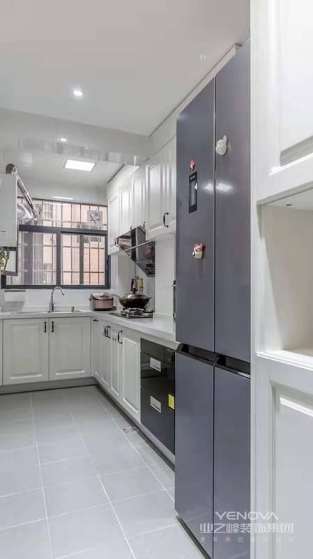 厨房门口的小立柜解决了出入口的小物件收纳,也解决了冰箱侧面收口问题。
