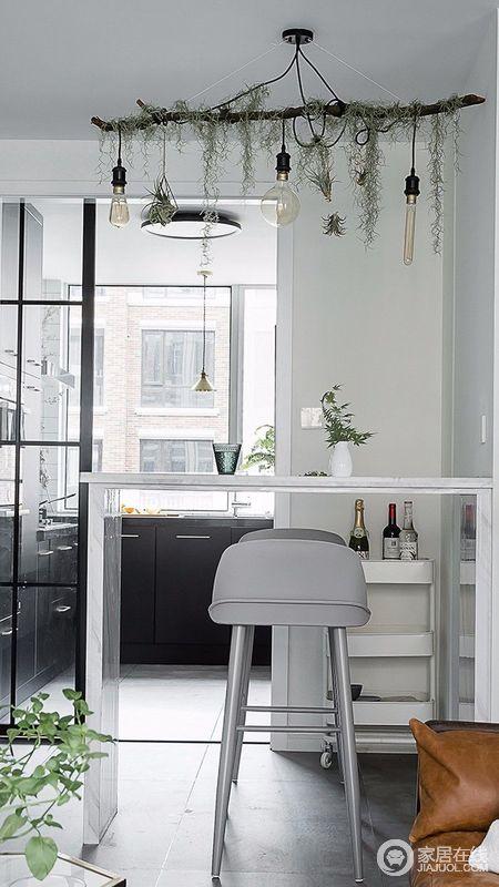 吧台是木框架结构,爵士白大理石覆盖面,淡雅的气质总是在不经意间流出;同时也作为客厅与厨房的划分线。