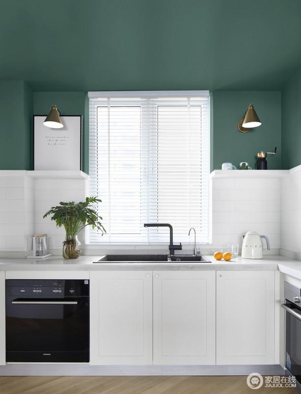 厨房白色和绿色的搭配对比,让整个墙面颇为自然和清新,营造出纯净的北欧气质;白色橱柜的干净与实用,搭配黑色系五金件,尽显北欧时尚。