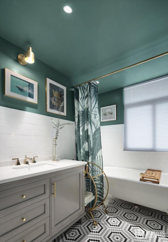 偏爱细腻的泡泡浴。也偏爱小花砖, 绿色漆的墙面与金色五金件的搭配,让空间清新之中裹挟着小奢贵;墙面白色和绿色的拼接设计,在绿色浴帘和挂画的点缀中,以干湿分离的方式,让主人沐浴在自然意境之中。