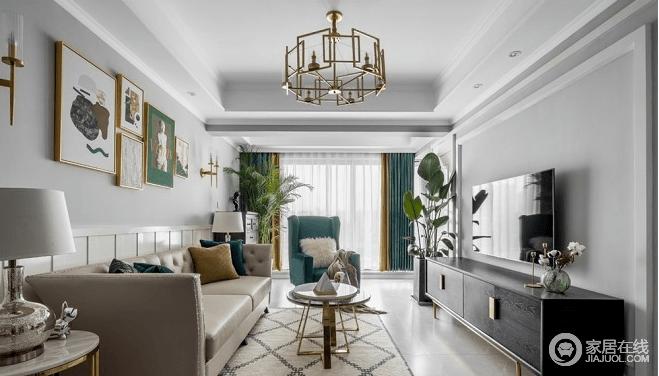 古巴沙色与森林绿色沙发的搭配,十分养眼,再配上墙上白绿相间的壁画、青翠的绿植,在彰显艺术格调的同时,洋溢出清新自然的气息;相框采用金色边框,铁质家具采用金色外观设计让整个客厅在原本极具艺术感的设计之下,展现出美式风格的奢华与典雅;电视柜是一个不一样的视觉重心,黑色的厚重与安稳,虽然只有一层柜,但是柜体足够高,储物能力不容小觑,与门、餐厅、电视柜连成一线,以颜色为区分,暗色与亮色的对比,从视觉上将相连区域拉伸,空间层次感十足。