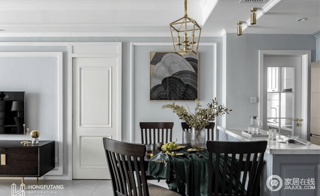 餐桌一边倚靠吧台,四周围留出了更多的活动区;吊灯采用镂空式灯笼设计,颇有艺术感;餐桌背后的壁画采用黑色和灰色为主色,主体为波浪图案,内涵深沉又不乏灵动性;壁画旁的隐形门与墙面相融合,不仅使墙面整体设计完整,也体现出设计者的精心设计。