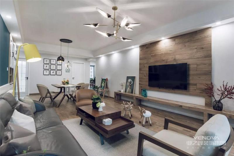 电视墙在木质背景的基础,电视柜是一个大板的木质定制,还摆上了精致餐椅的小饰品,让空间视觉显得自然也有和谐大气。