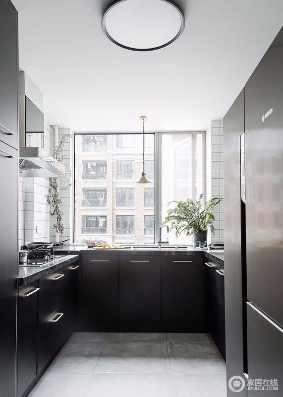 黑色的橱柜柜体与爵士白瓷砖的颜色碰撞,给人一定的视觉冲击,线条利落大方,简约又大方;改动后的厨房有足够的台面操作空间,和增加了厨房储物空间。