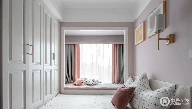 """宽床下也可供人休闲,粉色圆形垫子上摆放着造型可爱的各类动物玩偶以及新奇有趣的杂志,墙壁上粉灰两色的涂刷设计,让整块区域成为了一个精致可爱的小窝,即是休息又可娱乐之地;整个卧室装修设计甜美,既是休息空间又有很强的休闲功能,充分地满足了女儿的""""公主梦""""。"""